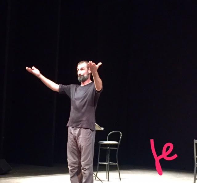 fabrizio gifuni sul palco del teatro parenti di milano
